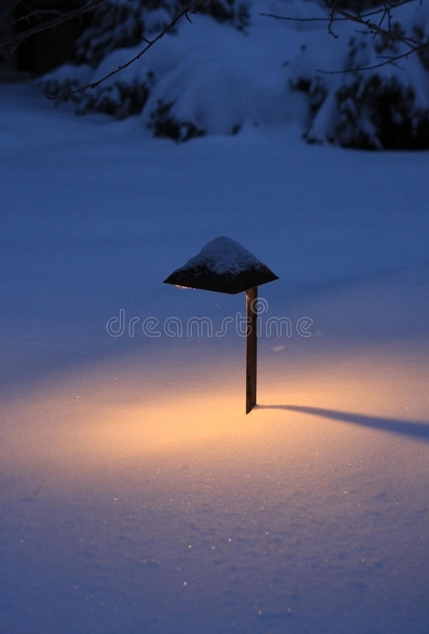 Lanterna exterior em um fundo nevado fotografia de stock