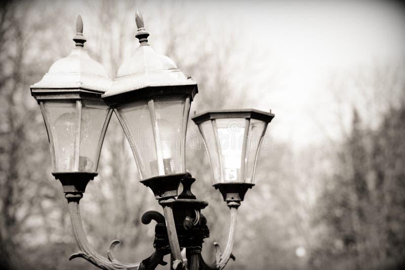 Lanterna feita contra o céu, luz de rua velha imagem de stock