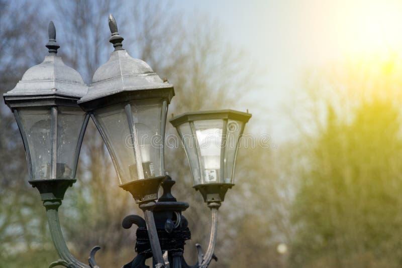 Lanterna feita contra o céu, luz de rua velha fotografia de stock