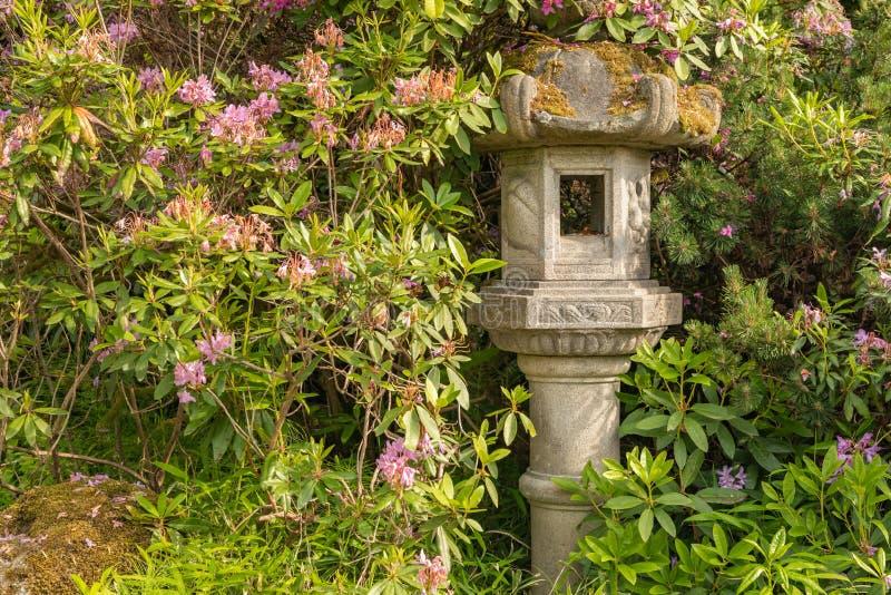 Lanterna giapponese della pagoda all'interno della regolazione verde del giardino immagine stock libera da diritti