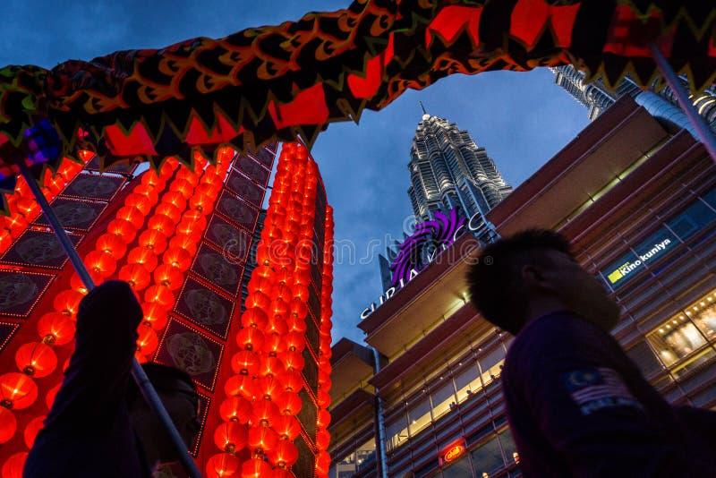 Lanterna gigante alla torre gemella di Petronas fotografie stock