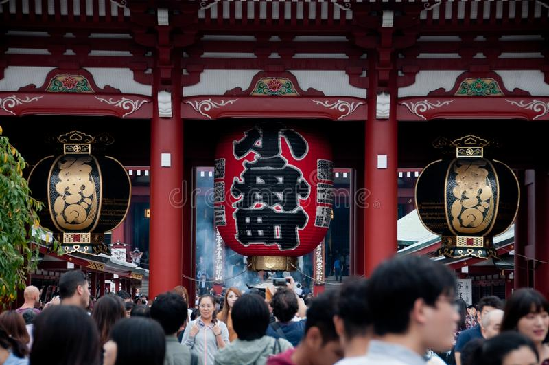 Lanterna grande tradicional grande do templo de Sensoji no Tóquio foto de stock