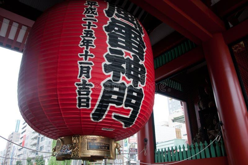 Lanterna japonesa gigante vermelha grande do templo de Asakusa no Tóquio fotos de stock royalty free
