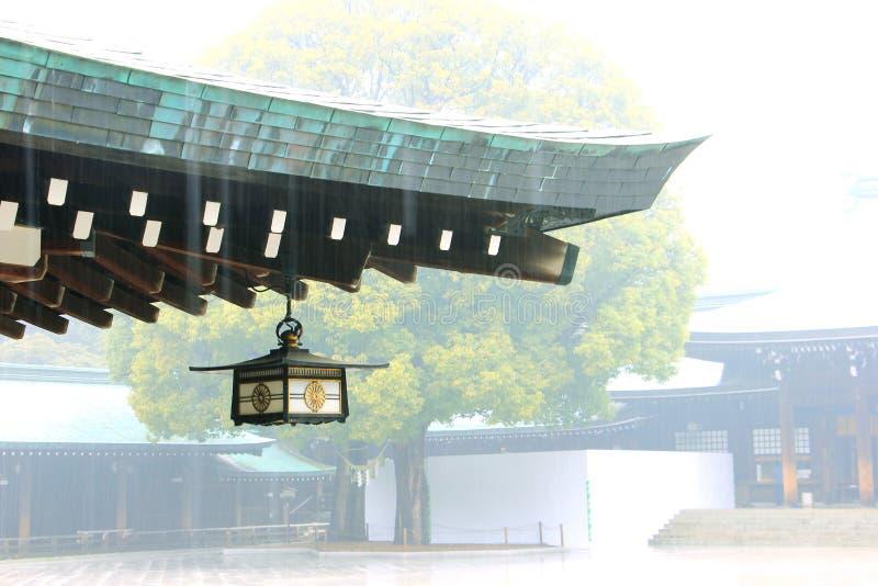 Lanterna japonesa no templo, dia chuvoso fotografia de stock royalty free