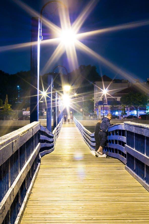 Lanterna na noite no porto imagens de stock