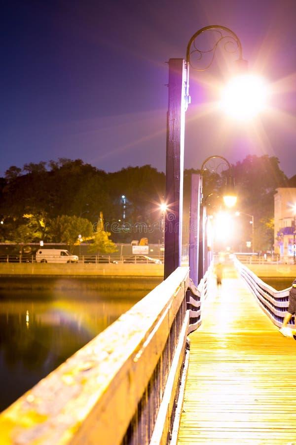 Lanterna na noite no porto foto de stock