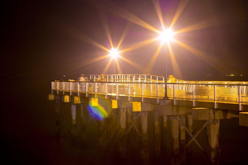 Lanterna na noite no porto fotos de stock royalty free