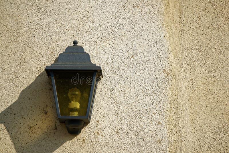 Lanterna na parede, amostra do vintage do cartão, fundo com lâmpada de rua imagem de stock royalty free