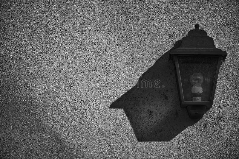 Lanterna na parede, amostra do vintage do cartão, fundo com lâmpada de rua fotografia de stock royalty free