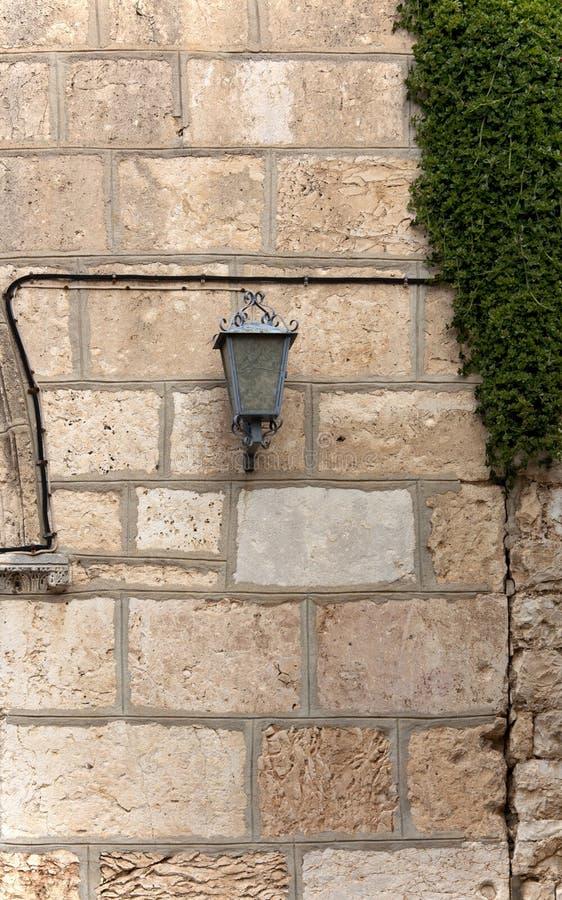 Lanterna na parede de pedra da construção foto de stock