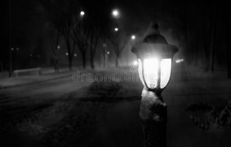 Lanterna nevado do revérbero do blizzard da noite imagem de stock