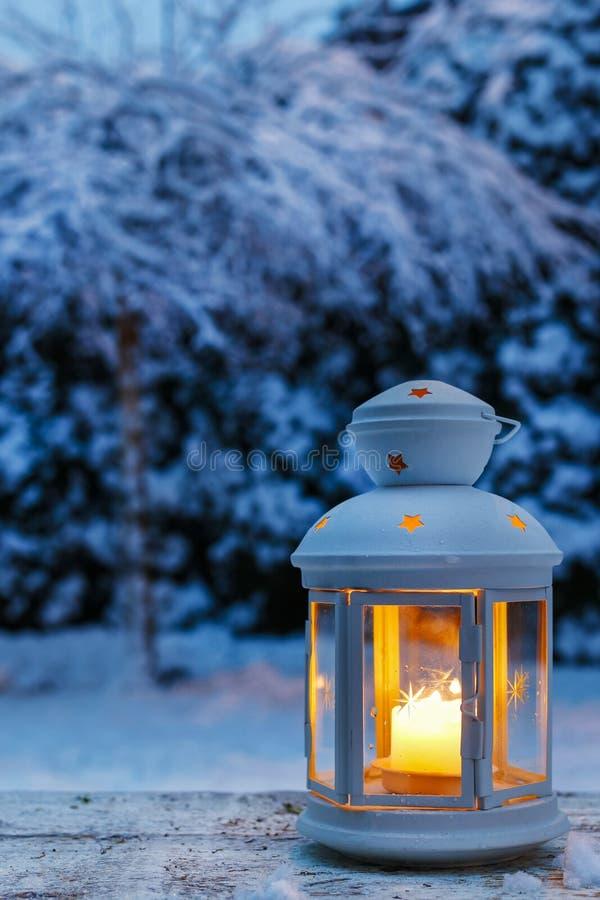 Lanterna no jardim, noite do inverno imagens de stock