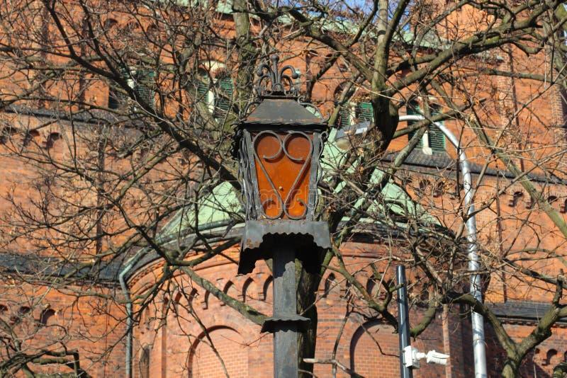 Lanterna oxidada velha na parede da construção europeia medieval velha foto do fundo para cópias, cartões, brochuras do curso e q imagem de stock royalty free