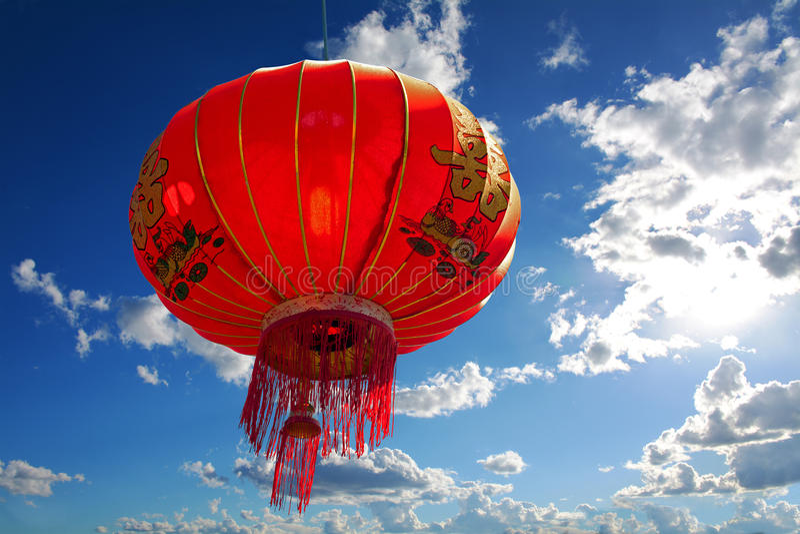 Lanterna rossa cinese contro cielo blu con le nuvole immagine stock libera da diritti