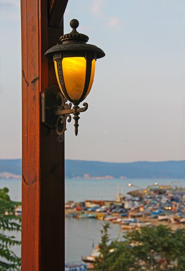 Lanterna su un palo di legno in un caffè all'aperto fotografie stock