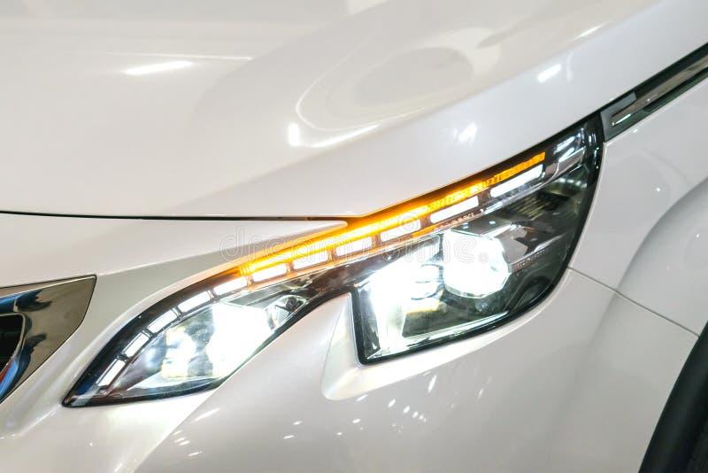 Lanterna traseira, farol do carro luxuoso prestigioso moderno Close up, vista macro do farol do ` s do carro do xênon do diodo em imagens de stock