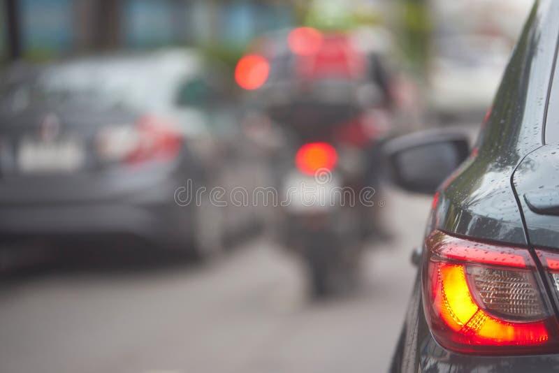 Lanterna traseira ou lâmpada traseira do carro no backgr da opinião da rua do tráfego do borrão imagem de stock royalty free