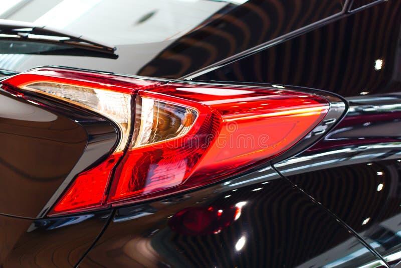 Lanterna traseira ou luz traseira do carro moderno novo da tecnologia na sala de exposições imagem de stock