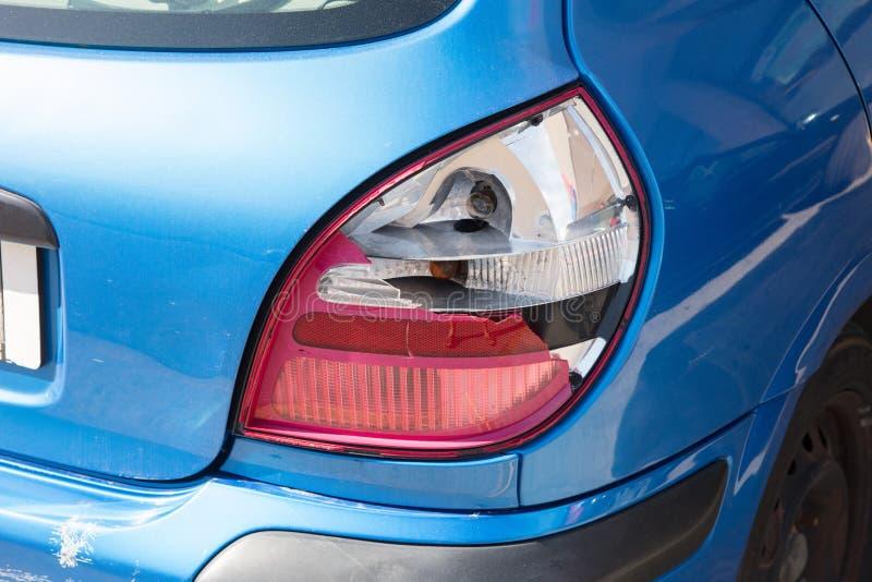 Lanterna traseira rebentada na retaguarda de um carro moderno fotos de stock
