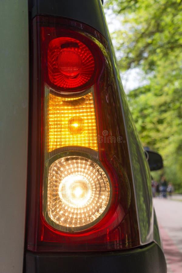 Lanterna traseira vermelha e amarela vertical com farol intermitente foto de stock