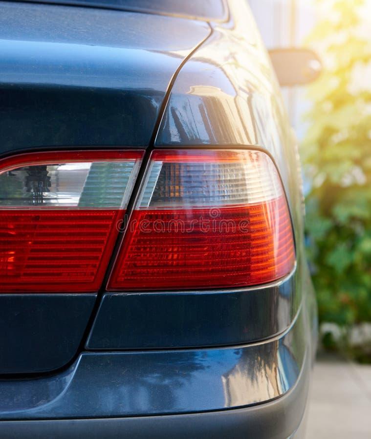 lanterna traseira vermelha e branca de um carro azul na rua imagem de stock royalty free