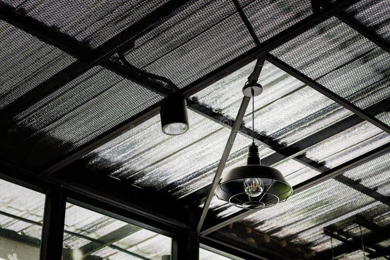Lanterna velha da rua do ferro, lâmpada preta para o cair no telhado moderno no café fotografia de stock royalty free