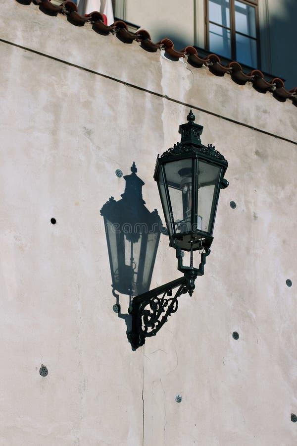 Lanterna velha do revérbero em Praga fotografia de stock