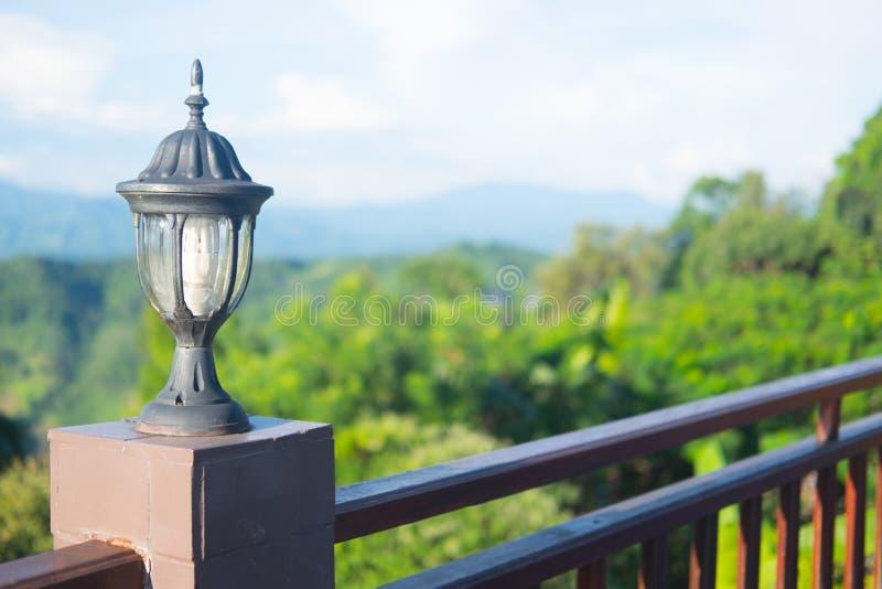 Lanterna velha exterior na natureza verde no fundo do parque fotografia de stock