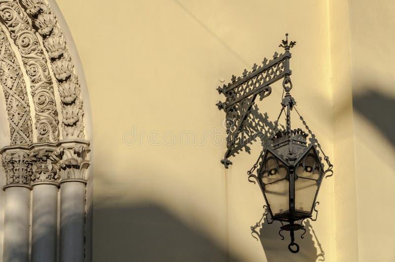 Lanterna velha na parede da igreja luterana de Saint Peter e Paul Church (1838) em St Petersburg imagens de stock royalty free