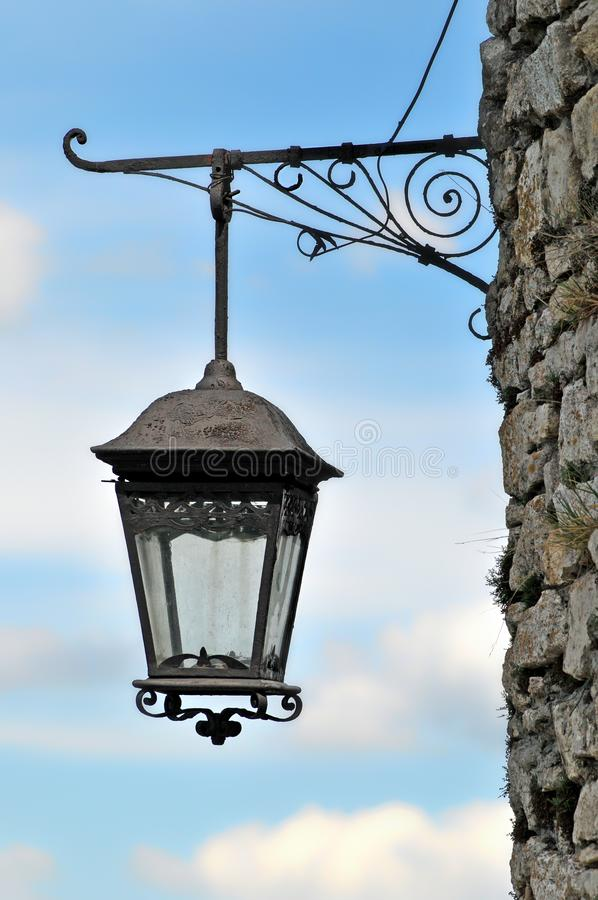 Lanterna velha na parede de pedra do castelo velho imagem de stock