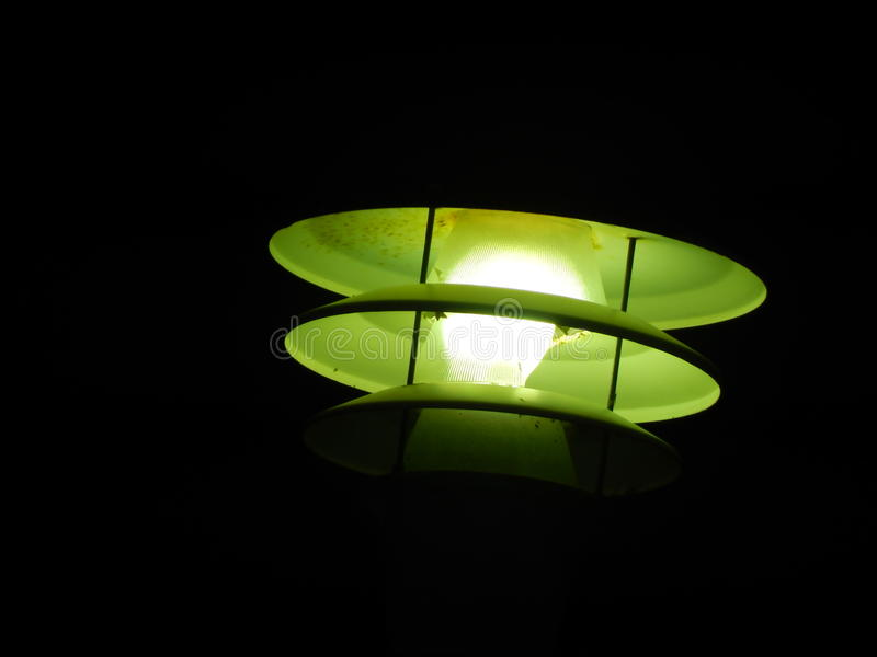 Lanterna verde nas ruas escuras da cidade fotografia de stock