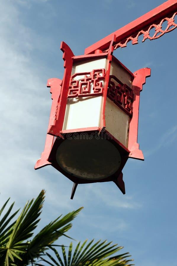 Lanterna vermelha de encontro ao céu azul foto de stock royalty free