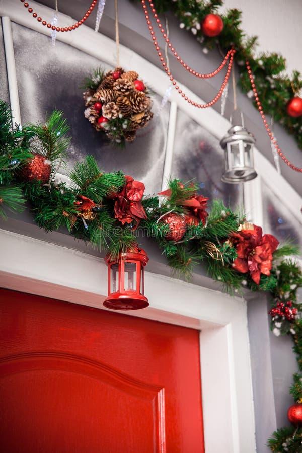 Lanterna vermelha no ramo de árvore decorado do Natal Backgroun do inverno fotos de stock royalty free