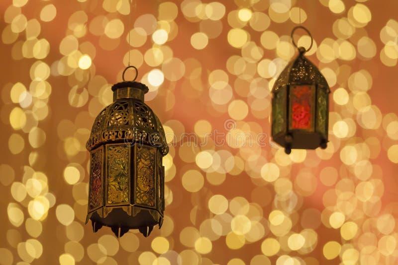 Lanternas árabes tradicionais leves acima na ramadã fotografia de stock royalty free