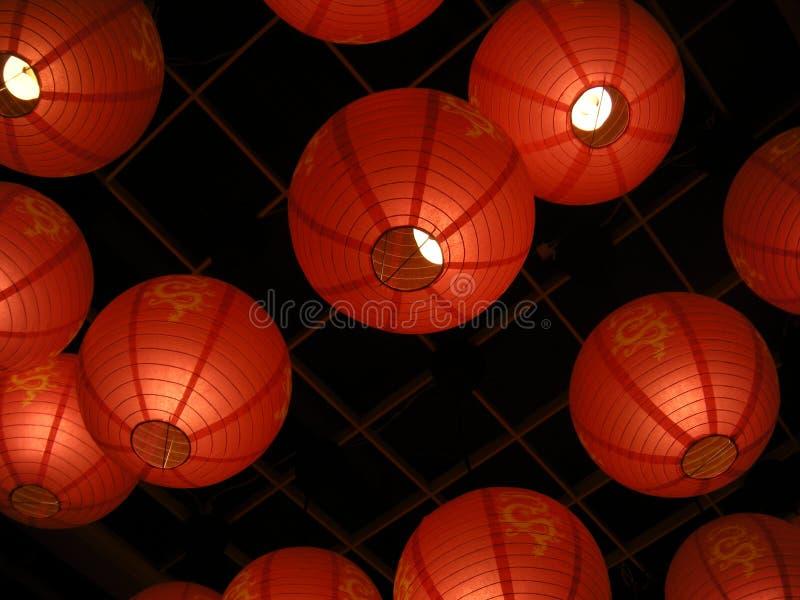 Lanternas chinesas de suspensão do dragão foto de stock