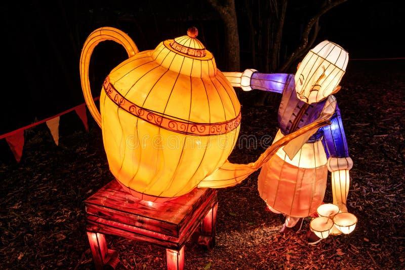 Lanternas chinesas do ano novo Chá de derramamento do homem fotografia de stock royalty free