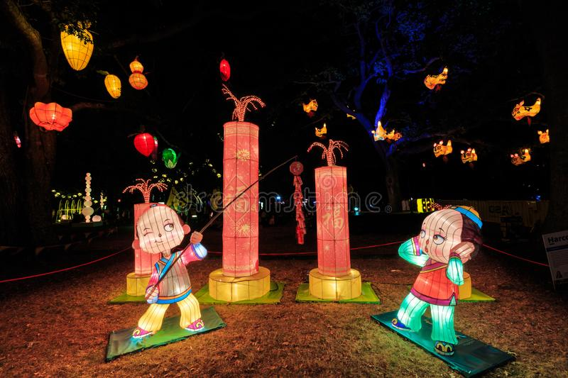 Lanternas chinesas do ano novo Meninos com fogos de artifício fotos de stock royalty free