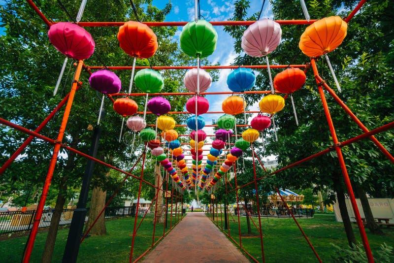 Lanternas chinesas em Franklin Square, em Philadelphfia, Pensilvânia imagem de stock