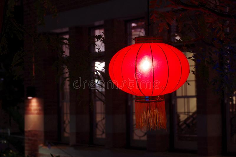 Lanternas chinesas na noite pelo ano novo lunar fotografia de stock royalty free