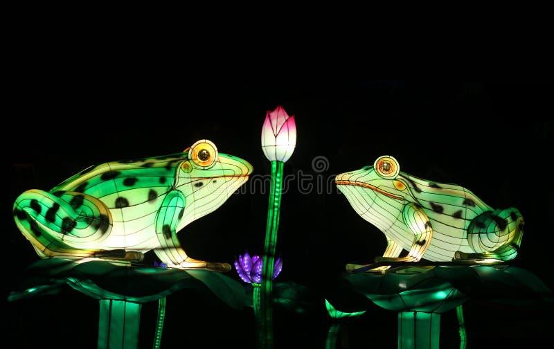 Lanternas chinesas tradicionais na forma das rãs na lagoa imagens de stock