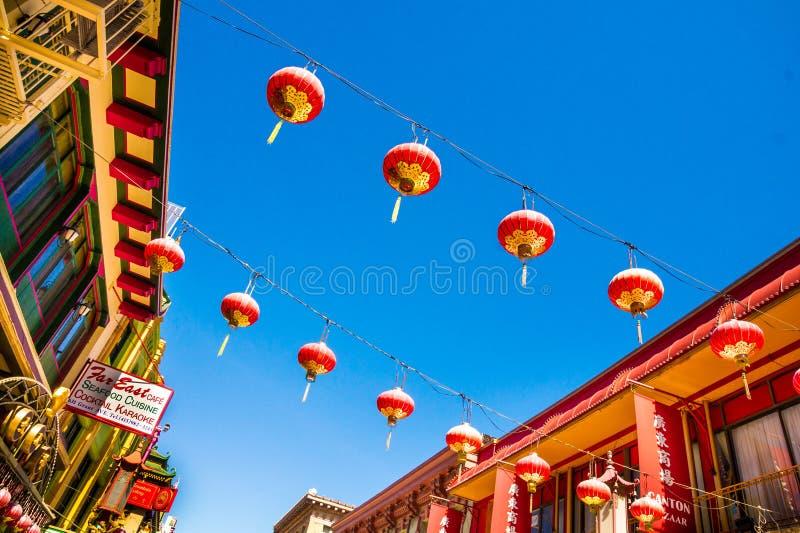 Lanternas chinesas vermelhas bonitas no bairro chinês de San Francisco, Califórnia, EUA fotografia de stock royalty free