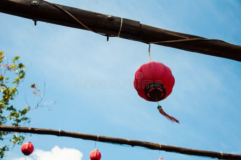 Lanternas chinesas vermelhas no fundo do céu azul fotografia de stock