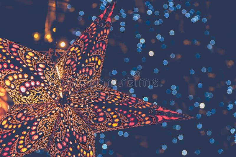 Lanternas coloridas em forma de estrela no mercado de Natal de inverno em Viena, Áustria Fundo Festivo fotografia de stock