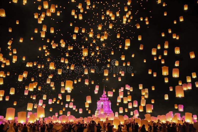 Lanternas de flutuação do céu do turista em Chiang Mai, Tailândia fotos de stock royalty free