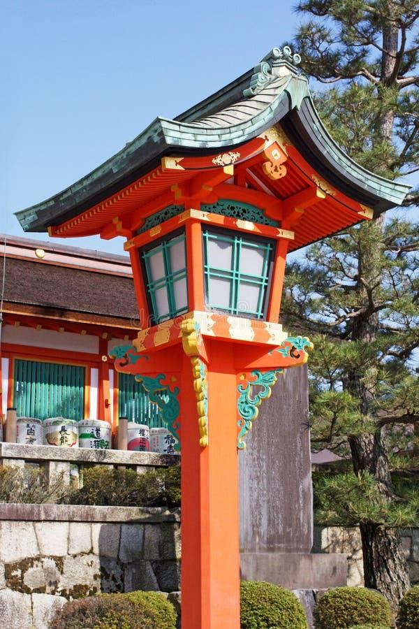 Lanternas de madeira no santuário de Yasaka foto de stock royalty free