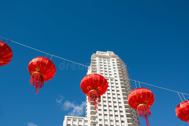 Download Lanternas De Papel Chinesas Vermelhas Contra Um Céu Azul Foto de Stock - Imagem de feriado, tradicional: 65579466
