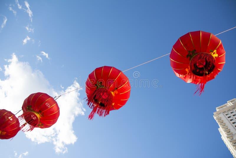 Download Lanternas De Papel Chinesas Vermelhas Contra Um Céu Azul Imagem de Stock - Imagem de comemora, céu: 65579507