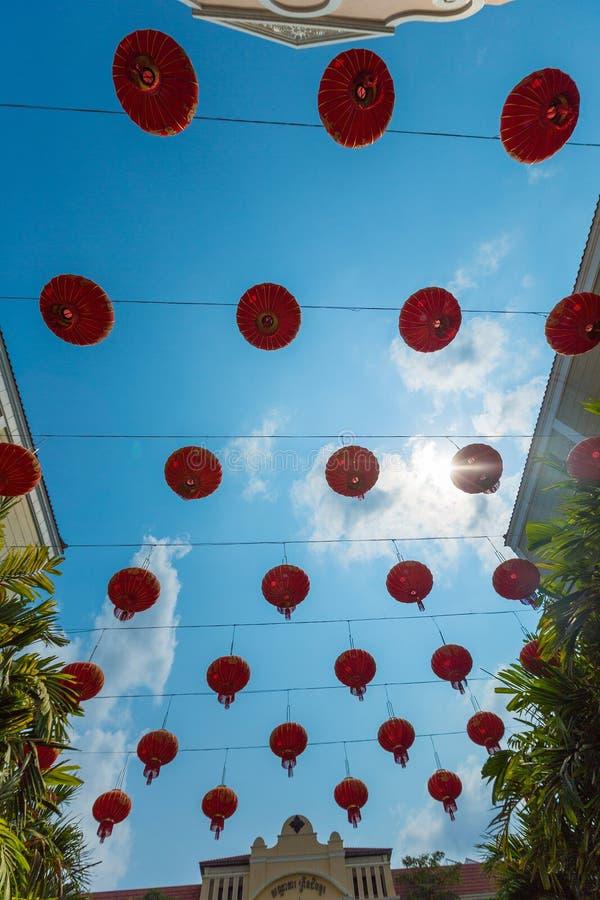 Lanternas de papel chinesas vermelhas contra um céu azul Tiro vertical foto de stock royalty free