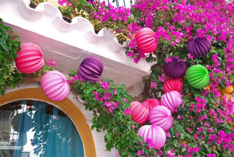 Lanternas de papel e buganvília coloridas foto de stock royalty free