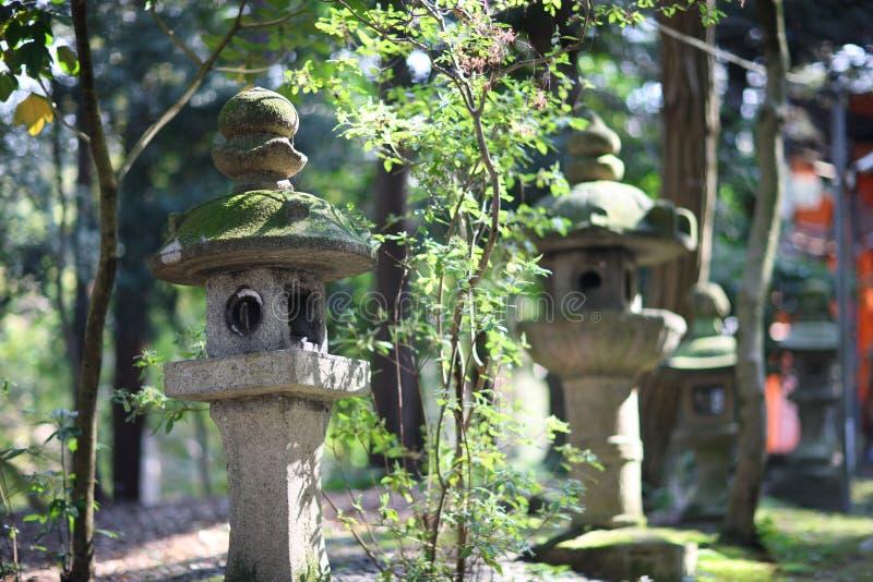 Lanternas de pedra antigas foto de stock